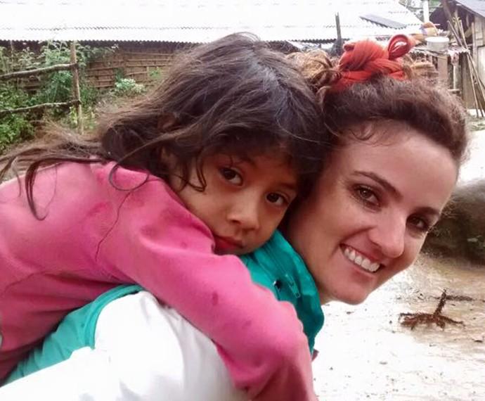 Michelly foi conhecer mais da cultura e costumes dos indíos da Aldeia Araça-í (Foto: Reprodução/Plug)