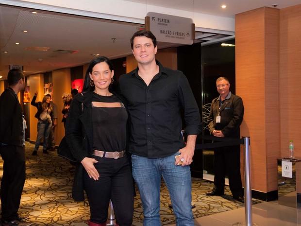 Mônica Carvalho e o marido, Armindo Junior, em estreia de peça em São Paulo (Foto: Samuel Chaves/ Brazil News)