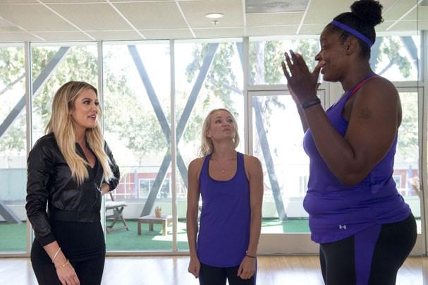 Khloé Kardashian e Simone De La Rue conversam com participante do programa (Foto: Divulgação)