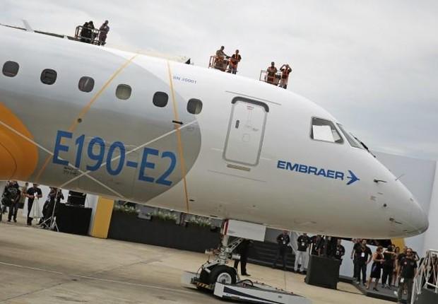 Trabalhadores no lançamento do E190-E2 na sede da empresa em São José dos Campos em 2016 (Foto: Nacho Doce/Reuters)