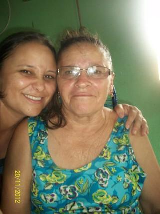Maria Santana, minha ex empregada, com a mãe dela. Maria mora na Zona Oeste do Rio com marido e filhos. Volta à Paraíba, a cada dois anos, de avião, novidade na última década.. (Foto: Arquivo pessoal)