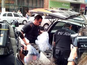 Material apreendido na casa de suspeitos de integrar grupo de extermínio (Foto: Luciano Calafiori/G1)