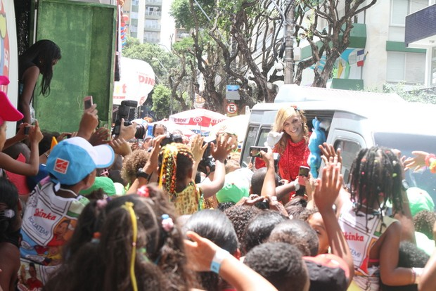 Carla Perez chega ao seu bloco infantil (Foto: GABRIEL RANGEL, DANIEL DELMIRO E WESLEY COSTA / AgNews)