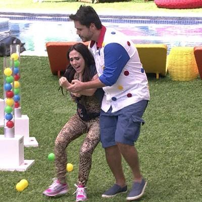 Valdirene precisou ser levada para fora da casa (Foto: BBB/TV Globo)