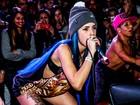 Tati Zaqui deixa sutiã à mostra durante show em São Paulo
