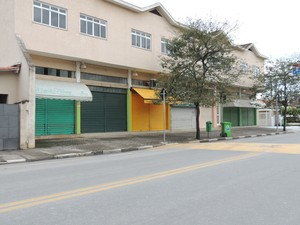 Lojas suspenderam atividades antes do horário (Foto: Carolina Paes/G1)