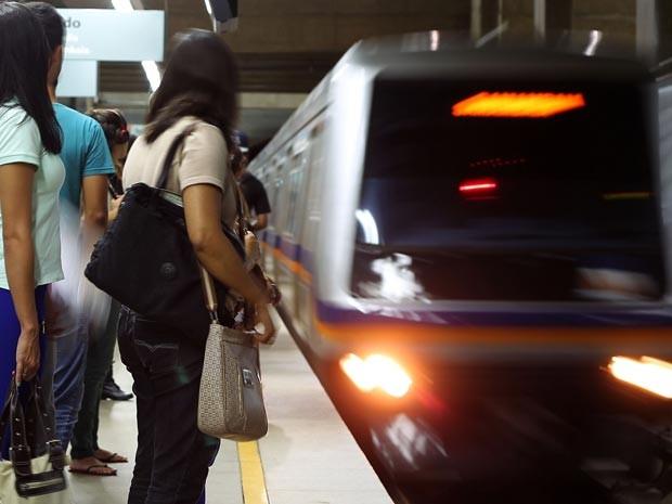 Passageiros em plataforma de estação do metrô do Distrito Federal (Foto: Andre Borges/Agência Brasília)