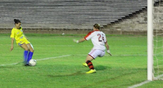 Cara a cara com Fernanda, Geórgia define partida com gol para o Tiradentes-PI (Foto: Emanuele Madeira/Globoesporte.com)