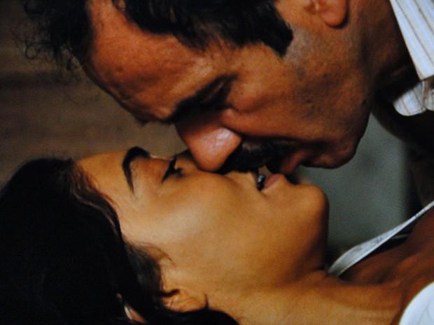 Gabriela e Nacib finalmente se entregam um ao outro (Foto: Gabriela ...