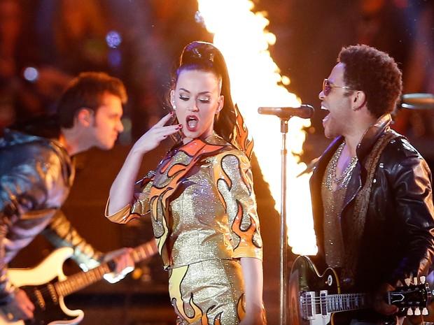 Katy Perry canta com Lenny Kravitz no Super Bowl em Glendale, no Arizona, nos Estados Unidos (Foto: Christian Petersen/ AFP)