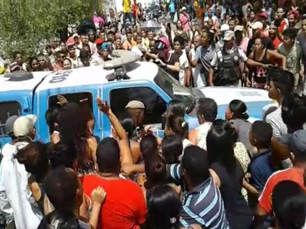 Multidão ocupa a entrada da delegacia após saber da prisão dos suspeitos  (Foto: Notícias de Santaluz)