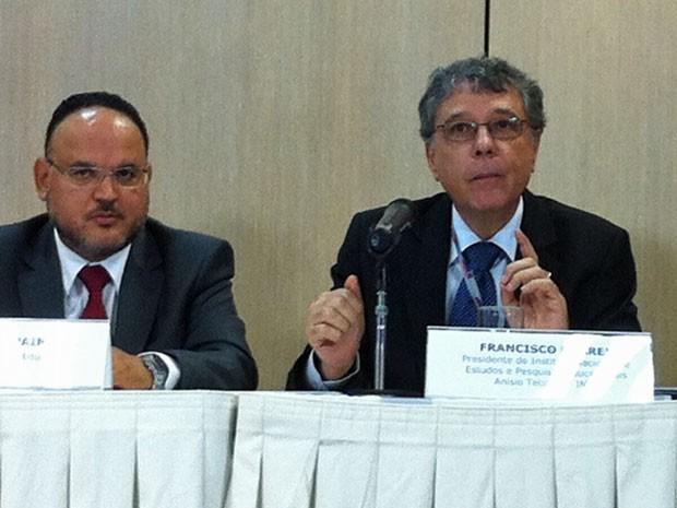 Ministro Paim e o presidente do Inep, Chico Soares (Foto: Raquel Morais/ G1)