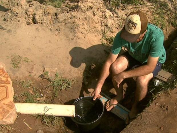 Água da bica é usado pelos moradores, principalmente, para beber e cozinhar (Foto: Claudio Oliveira/ EPTV)