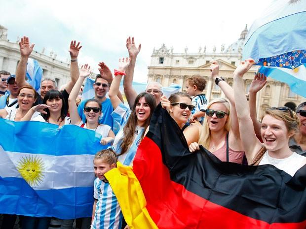 Fieis levaram as bandeiras da Alemanha e da Argentina para a missa do Papa (Foto: Tony Gentile/Reuters)