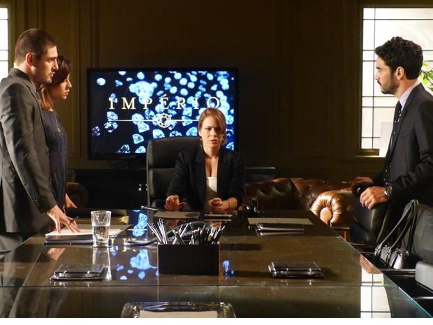 Família se reúne para falar das contas da empresa (Foto: Gshow)