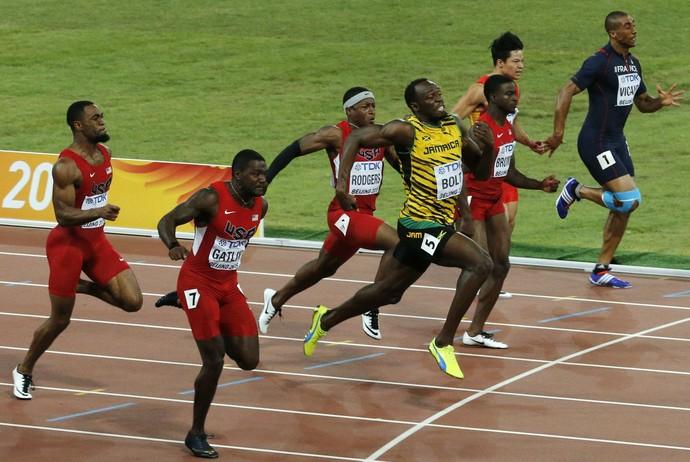 Bolt vence Justin Gatlin no detalhe e segue com o rei das provas de velocidade (Foto: Reuters)