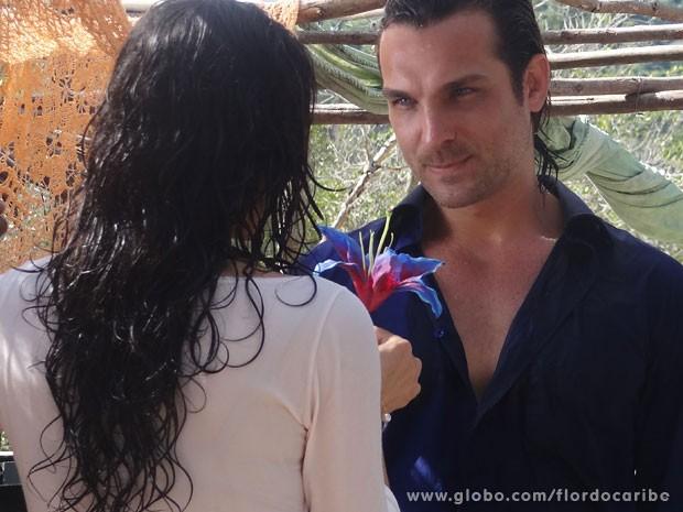 Alberto convence Cristal a conquistar Cassiano (Foto: Flor do Caribe / TV Globo)