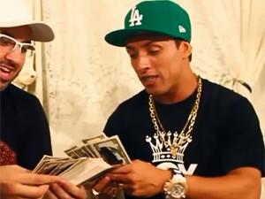 MC Boy do Charmes conta notas falsas no clipe 'Amor ou dinheiro' (Foto: Divulgação)