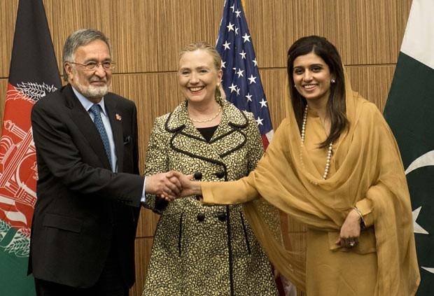 O chanceler afegão, Zalmai Rassoul, a secretária de Estado dos EUA, Hillary Clinton, e a chanceler paquistanesa, Hina Rabbani Khar, posam para foto antes de reunião em Tóquio, neste domingo (8) (Foto: Brendan Smialowski / AP)