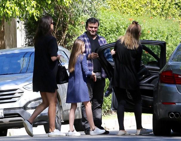 Grávida, Irina Shayk é flagrada com a barriguinha em evidência  (Foto: AKM-GSI)