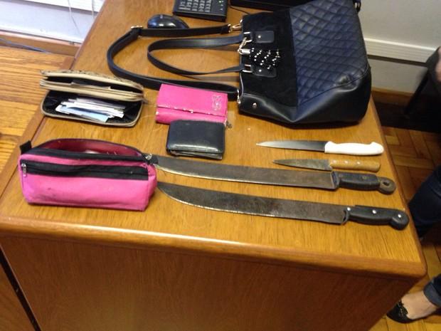 Bolsas e facas foram encontradas com os suspeitos (Foto: Roberta Salinet/RBS TV)