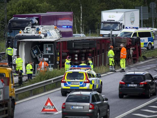 Caminhão com equipamento da turnê de Madonna sofre acidente na Suécia (Foto: AP/Thomas Johansson)