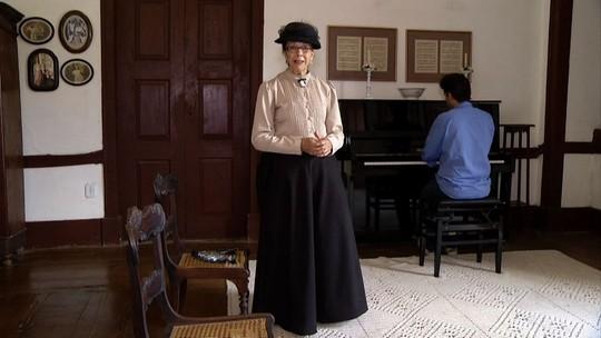 Dona de uma fazenda de época declama poesia de Olavo Bilac
