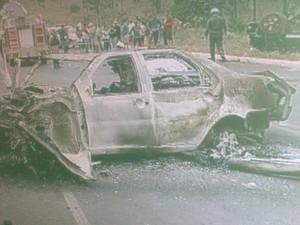Carro pegou fogo depois da batida de frente na MG 135 (Foto: Reprodução / Inter TV Grande Minas)