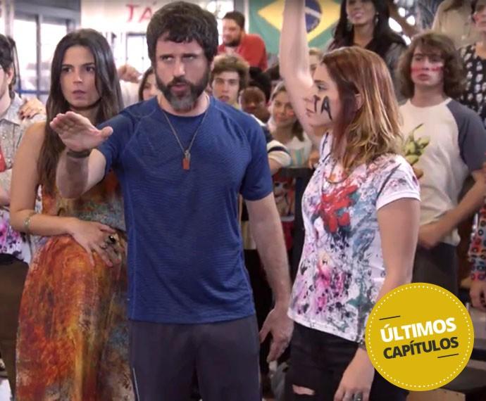 A galera é obrigada a deixar a fábrica (Foto: TV Globo)