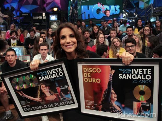 Ivete Sangalo exibe o DVD triplo de platina e o disco de ouro (Foto: TV Globo/Altas Horas)
