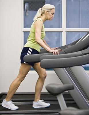 Mulher correndo na esteira euatleta (Foto: Getty Images)