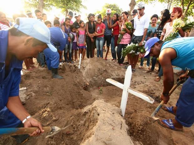 Irmãos assassiandos em Joaquim Gomes são enterrados em Maceió (Foto: Jonathan Lins/G1)