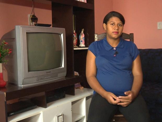 Jéssica, que mora em Juazeirinho, espera um filho que tem microcefalia (Foto: Reprodução/TV Paraíba)