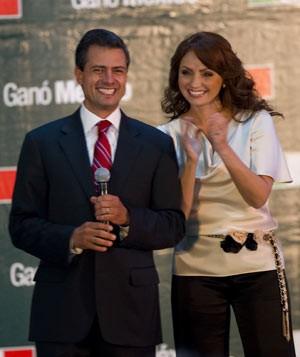 Angélica Rivera ao lado do marido, Enrique Peña Nieto, comemoram os primeiros resultados das urnas, no domingo (1º) (Foto: lfredo Estrella / AFP)