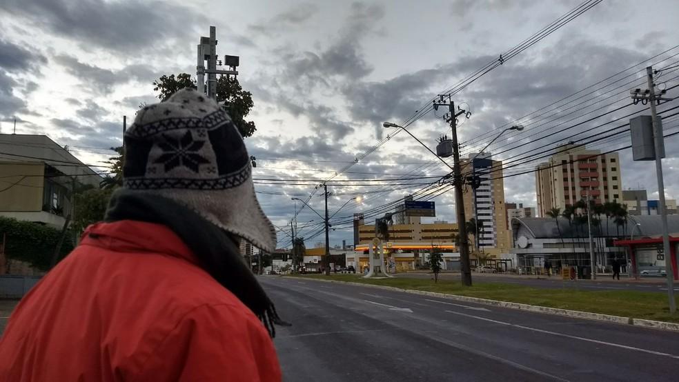 Em Londrina, moradores tiveram que reforçar os casacos logo cedo  (Foto: Alberto D'angele)