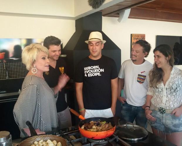 Ana Maria com os participantes do Super Chef na casa do campeão André Marques (Foto: Ivo Madoglio/TV Globo)