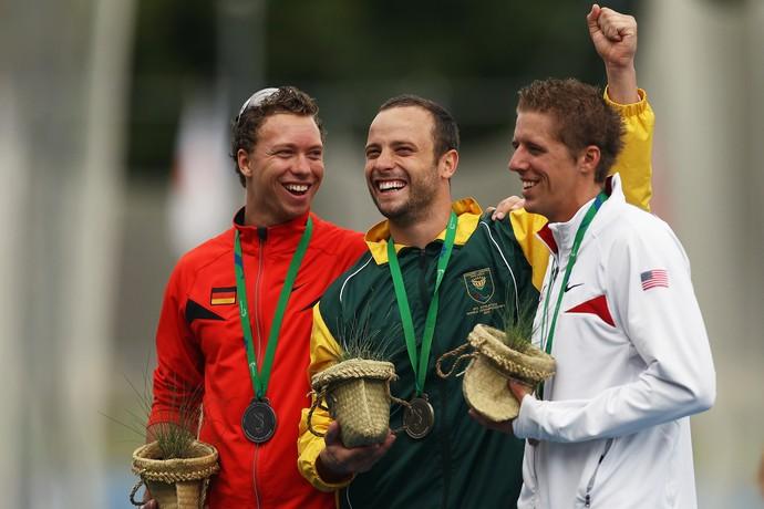 Oscar Pistorius, David Behre e David Prince, no pódio dos 400m T44 no Mundial de Atletismo de Christchurch, em 2011 (Foto: Getty Images)