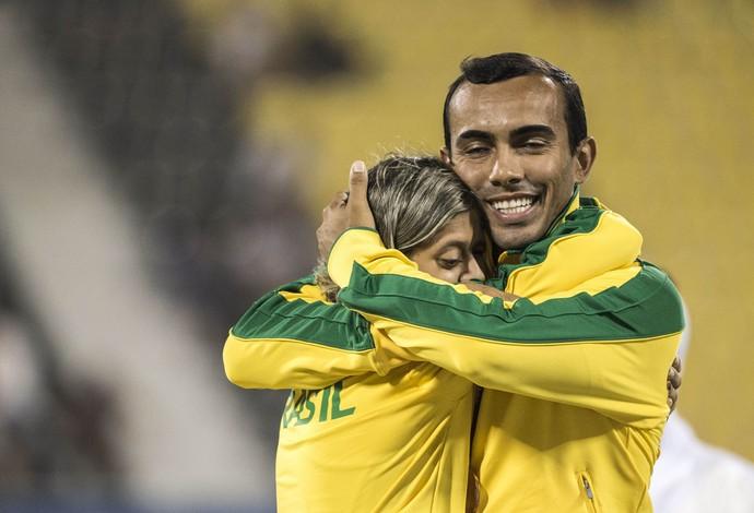 Thalita Simplício abraça o seu guia, Luiz Henrique Barboza, após a conquista do bronze nos 400m T11 (Foto: Daniel Zappe/CPB)