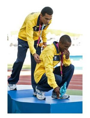Marílson dos Santos consola o atleta no pódio dos Jogos Pan-Americanos de Guadalajara, em 2011 (Foto: Martin Bernetti/AFP)