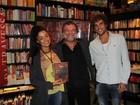 Aline Riscado e Felipe Roque prestigiam lançamento de livro no Rio