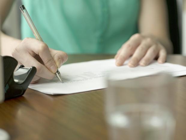 Pessoa escrevendo (Foto: FRÉDÉRIC CIROU / ALTOPRESS / PHOTOALTO)