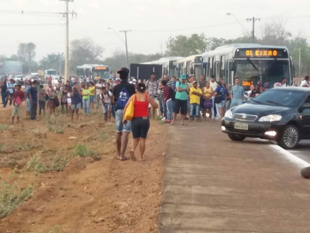 Protesto provoca congestionamento em Palmas; ônibus e carros estão impedidos de transitar (Foto: Divulgação/Sisepe)