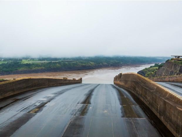 Com o excesso de água no reservatório, Itaipu precisou escoar excedente de água não usado na produção de energia (Foto: Alexandre Marchetti / Itaipu Binacional)