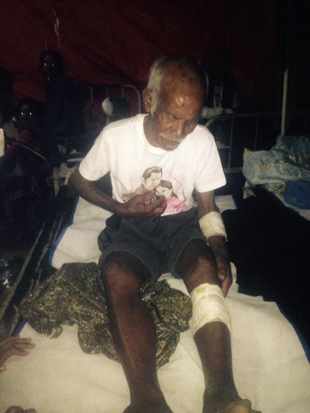 Funchu Tamang, 101 anos, é visto após ser regatado de escombros neste sábado (2) no Nepal, sete dias após terremoto que devastou o país  (Foto: STR/AFP)