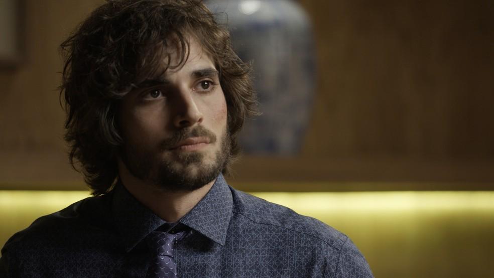 Ruy (Fiuk) decidiu dar uma passada no apart-hotel de Caio (Rodrigo Lombardi) para resolver problemas jurídicos e fica surpreso ao ver o carro do pai estacionado ali (Foto: TV Globo)