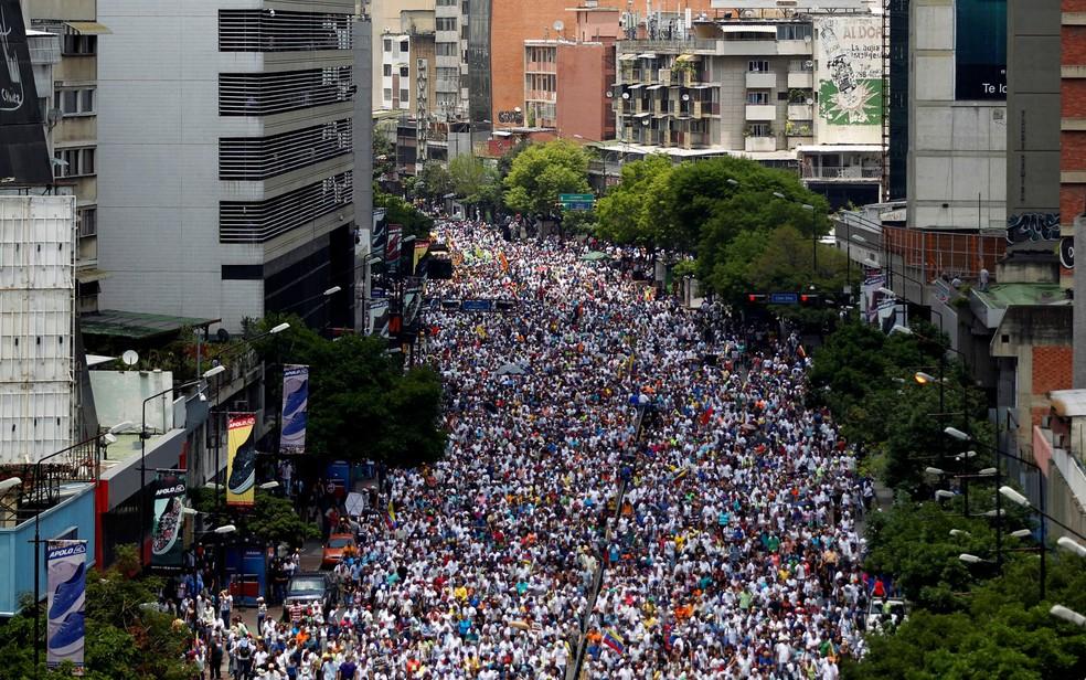 Manifestantes em oposição ao governo participam de protesto em Caracas, na Venezuela, na quinta (20) (Foto: Reuters/Christian Veron)