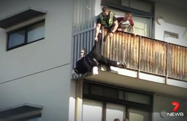 Imagem de vídeo publicado no YouTube mostra o idoso pendurado, antes de ser resgatado em Melbourne (Foto: Reprodução/YouTube 7News)