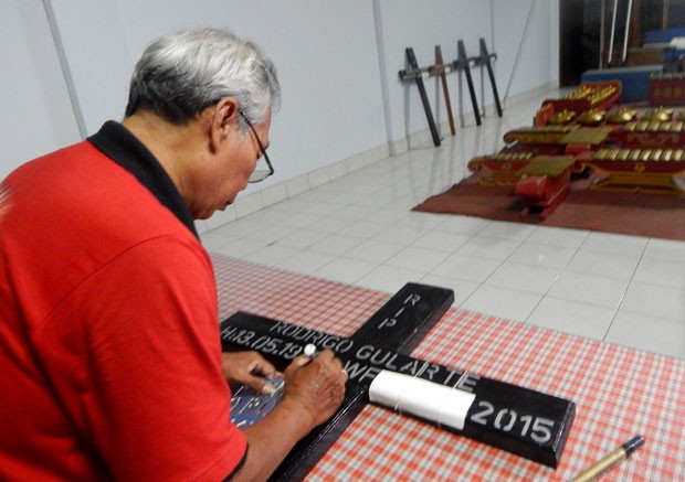 Cruzes com nomes dos condenados foram produzidas com antecedência em Cilacap (Foto: AZKA / AFP)