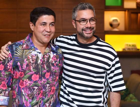 O querido promoter Diógenes de Queiroz, que assinou o Vip list da noite, posa com Fernando Torquatto (Foto: Ari Kaye)