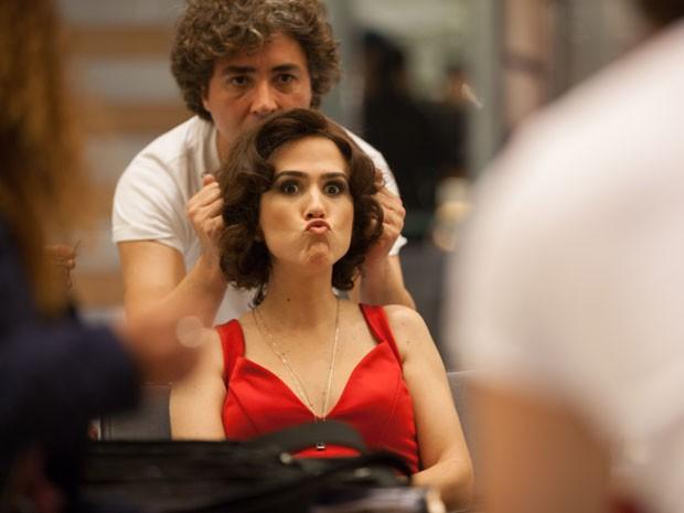 Tatá Werneck passa pelos últimos ajustes nas mãos do caracterizador da novela, Marcelo Dias (Foto: Fabiano Battaglin/Gshow)